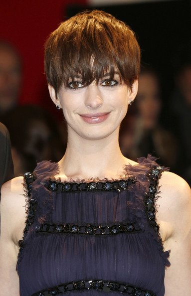Anne-Hathaway-2019-Short-Hairstyles-Shortcut-with-Bangs