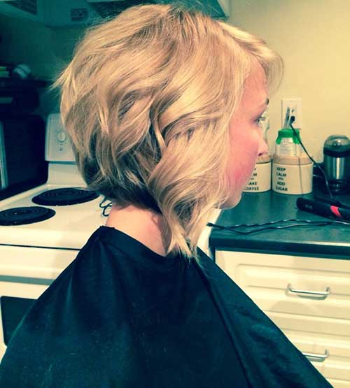 Blonde-Layered-Inverted-Bob-for-Wavy-Hair